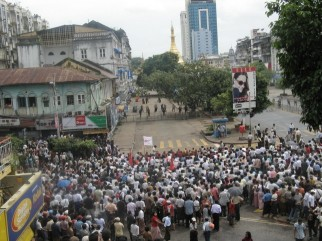 Crowds-gather-outside-Sule-Pagoda-on-27th-September-2007-as-the-regime-begins-crackdown_medium