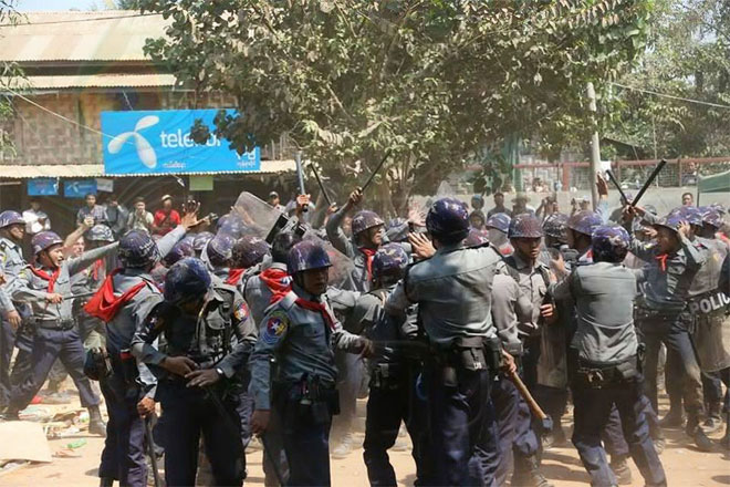 Police-crackdown-students-in-Letpadan